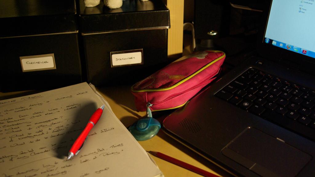 05 Desk with Pen
